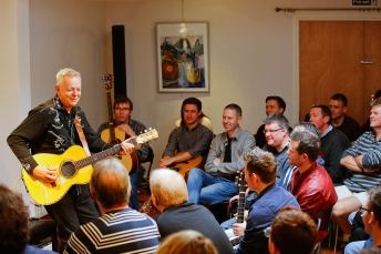 Tommy Emmanuel Masterclass, Ritz Music, 26Oct2014, photos by Cristina Schek (10)