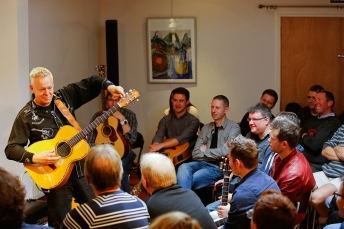 Tommy Emmanuel Masterclass, Ritz Music, 26Oct2014, photos by Cristina Schek (11)