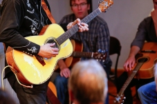 Tommy Emmanuel Masterclass, Ritz Music, 26Oct2014, photos by Cristina Schek (3)